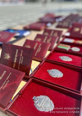 Президент України вручив працівникам НАВС високі державні нагороди